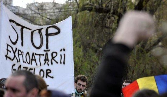 """""""Democraţia a murit"""". Protest faţă de explorarea gazelor de şist la Pungeşti"""
