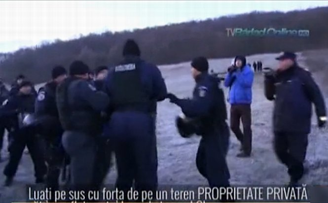 UPDATE. Imagini cu îmbrâncelile de la Pungeşti: localnici, luaţi pe sus de jandarmi. Jandameria: Am aplicat legea. Şeful Jandarmeriei: Şase dosare penale şi o amendă după incidente