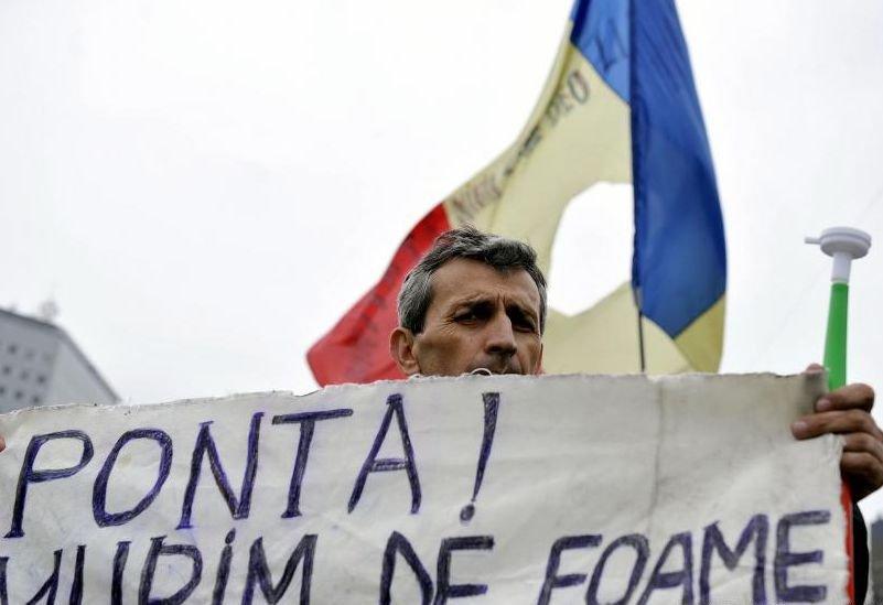 Cei opt grevişti ai foamei de la Oltchim continuă protestul. Doi dintre ei au probleme de sănătate