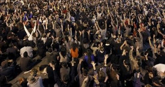 Mii de oameni s-au luat la bătaie cu poliţiştii în mai multe oraşe din Italia