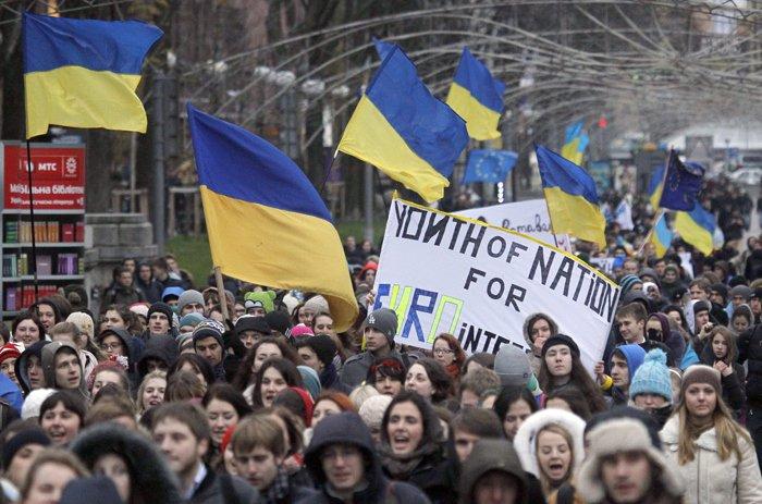 """""""RUŞINE! Vom rămâne aici!"""" Forțele de ordine au intrat din nou în forță în Piața Independenței din Kiev"""