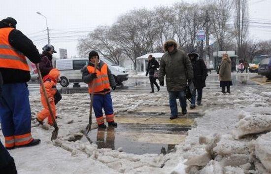 """""""Super-drumarii"""" români toarnă noaptea sute de metri de asfalt pe zăpadă"""