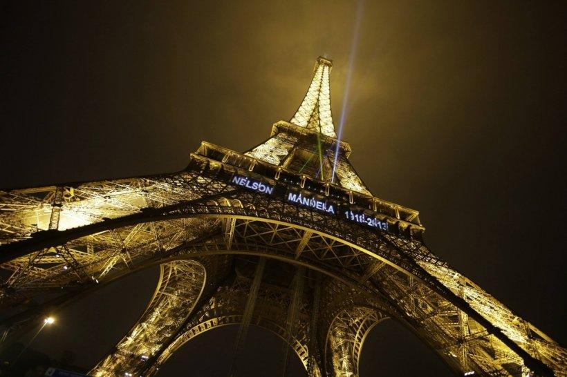 Luminile de pe Turnul Eiffel, aprinse în memoria lui Nelson Mandela