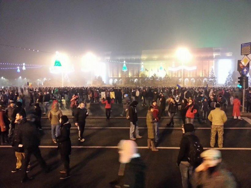 Miting în centrul Capitalei. O echipă Antena 3, agresată de manifestanţi. Patru protestatari au fost ridicaţi de jandarmi
