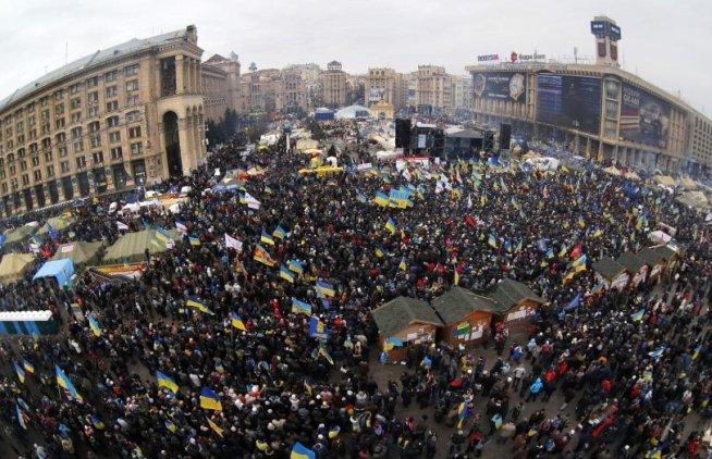 UPDATE: Aproximativ 200.000 de oameni PROTESTEAZĂ în Piaţa Independenţei din Kiev