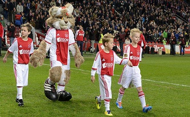 """Ajax Amsterdam i-a îndeplinit dorinţa unui băiat de 8 ani care suferă de o boală rară. Puştiul a jucat în echipa mare a """"lăncierilor"""""""
