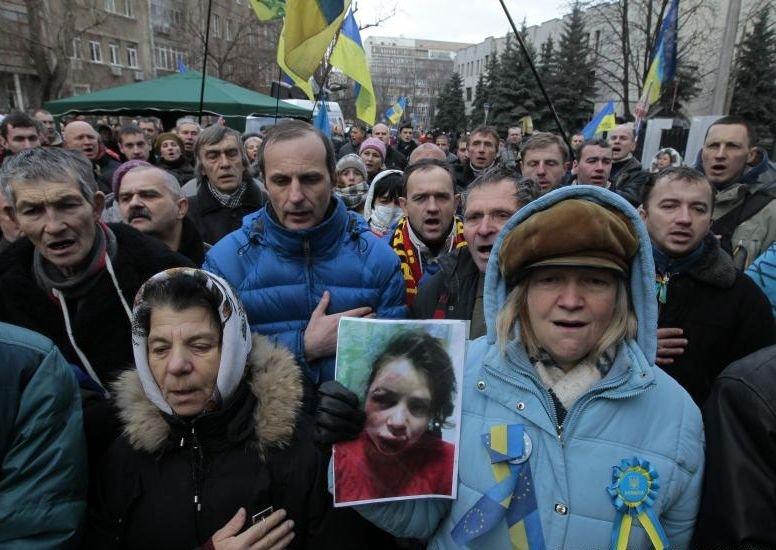 Zeci de mii de persoane protestează la Kiev, denunţând agresarea unei jurnaliste de opoziţie