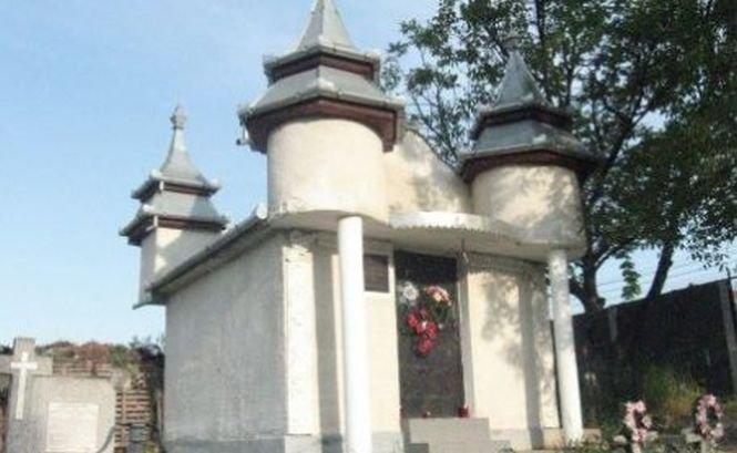 Un fost judecător a fost prins când lua şpagă un cavou într-un cimitir din Ploieşti