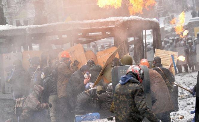 Protestele violente continuă pe străzile din Kiev. Imagini LIVE. SUA au revocat vizele mai multor oficiali de rang înalt şi ameninţă cu alte sancţiuni dure