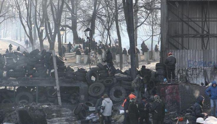 Mii de manifestanţi din Kiev au participat la funeraliile unui tânăr ucis în confruntări