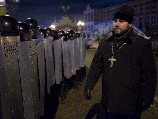 Poliţia a dispersat mii de manifestanţi în sudul Ucrainei