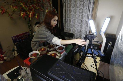 moda bizar care i a cucerit pe tinerii din coreea de sud. Black Bedroom Furniture Sets. Home Design Ideas