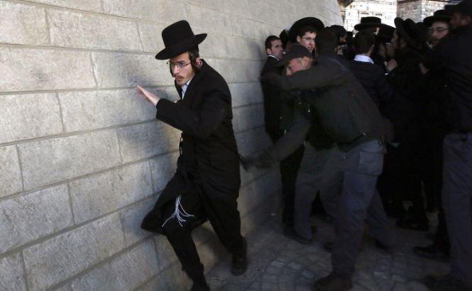 """Israel. Evreii ultra-ortodocşi """"FUG"""" de armată şi se bat cu poliţia pe stradă"""