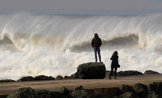 VALURI URIAŞE în Portugalia. Întregul litoral a fost plasat în alertă roşie