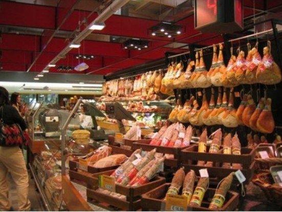 Zece persoane au fost reţinute în dosarul de evaziune fiscală şi comercializare de carne alterată