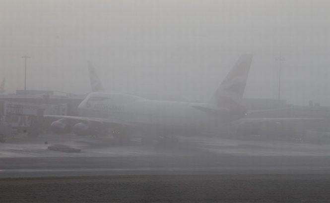 Ceaţa densă a anulat peste 100 de zboruri de pe Aeroportul Heathrow