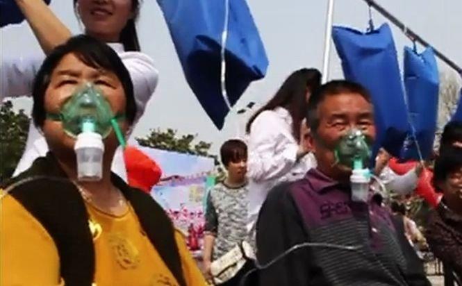 Oamenii stau la cozi pentru o gură de aer curat. Imagini tulburătoare surprinse în unul dintre cele mai poluate oraşe din China