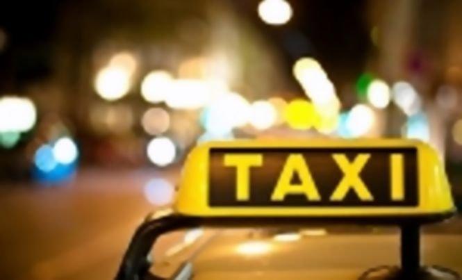 Accident spectaculos în Bistriţa. Cu permisul suspendat din cauza alcoolului, un taximetrist s-a răsturnat cu maşina de serviciu