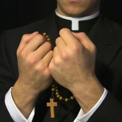 Spionii din amvon: clericii, preoţii și călugării