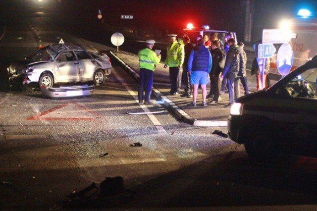 Accident teribil în Arad. Doi bărbaţi au murit, după ce au intrat cu maşina în plin, într-un sens giratoriu. Ce au găsit poliţiştii în maşină