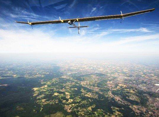 Avionul solar, care cântăreşte cât o maşină, poate face ocolul lumii fără oprire, în cinci zile