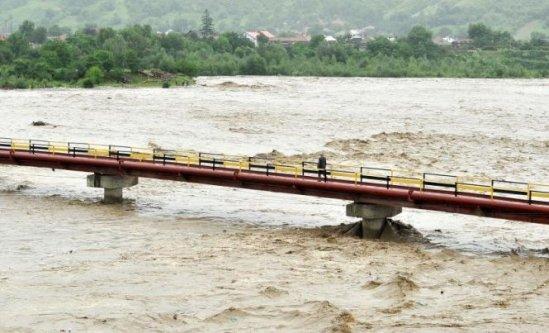 Trei râuri, sub COD GALBEN în judeţele Botoşani, Vaslui şi Iaşi