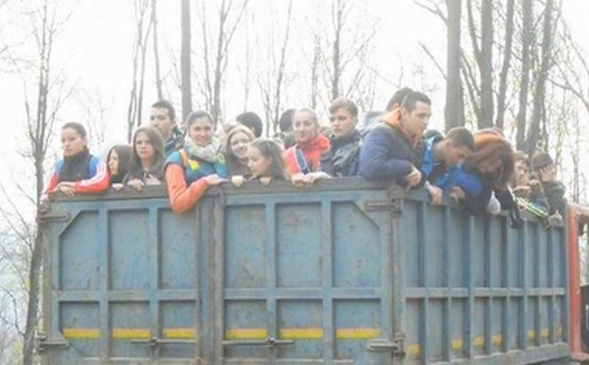 Zeci de elevi, duşi la muncă în remorca unui camion