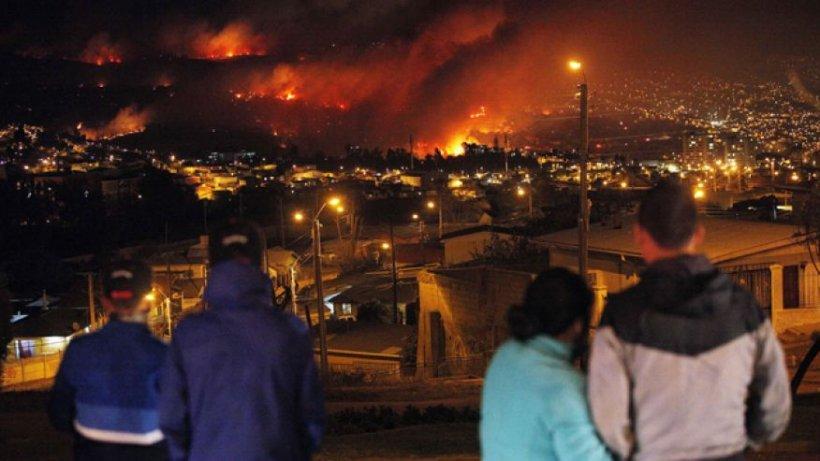 """Iadul a coborât pe pământ. """"Paradisul"""" din Chile, înghiţit de flăcări. 2.000 de case au fost transformate în cenuşă, iar 12 oameni au murit"""