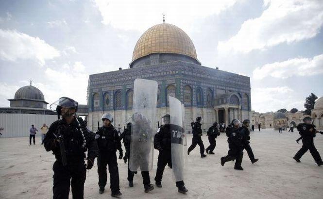 Poliţiştii israelieni au intervenit în forţă în Lăcaşul Sfânt din Ierusalim. Cel puţin 30 de persoane au fost rănite