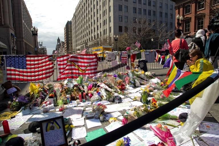 Sute de persoane evacuate de la locul atentatelor de la Boston, după ce poliţia a descoperit două rucsacuri suspecte