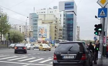 Ce se întâmplă în această intersecţie din Bucureşti. Cum a reuşit şoferul bolidului să îşi atragă antipatia a sute de oameni