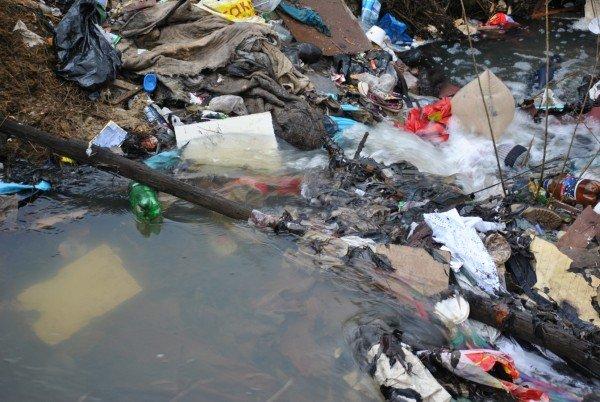 Cauza REVOLTĂTOARE a inundaţiilor. Apa se revarsă din cauza GUNOAIELOR adunate în diguri