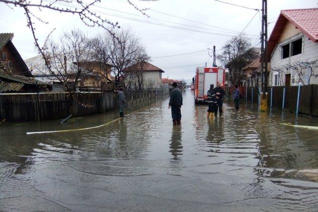 CODUL ROŞU de inundaţii a fost PRELUNGIT. Pericol mare în Teleorman. BILANŢUL, prezentat de Oprea: Doi morţi şi trei dispăruţi