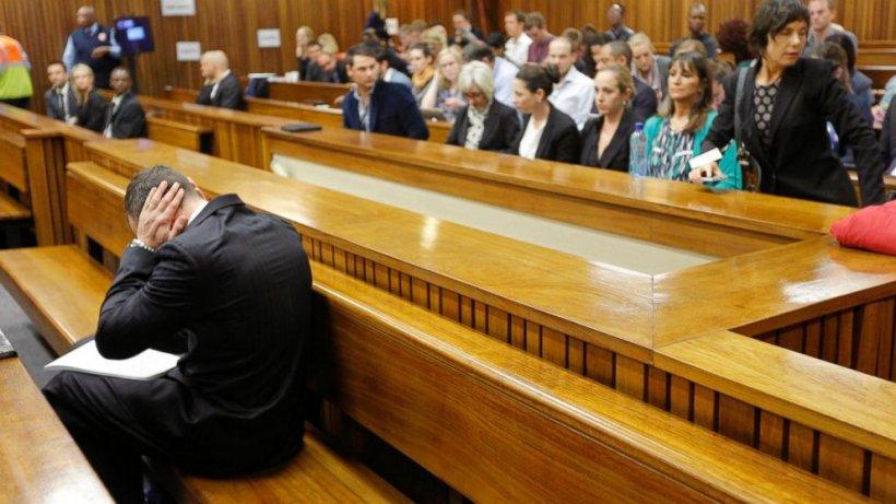 Detaliu ŞOCANT despre Oscar Pistorius. Ce face de fapt, în sala de judecată, în faţa judecătorului