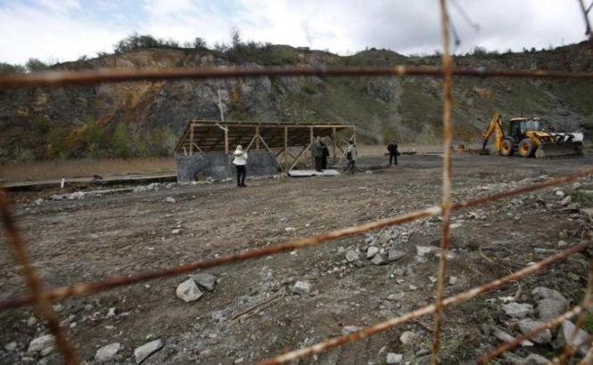 Cicatricile războiului din Kosovo rămân încă ascunse. Groapa comună a peste 250 de etnici albanezi este căutată într-un sat din Serbia