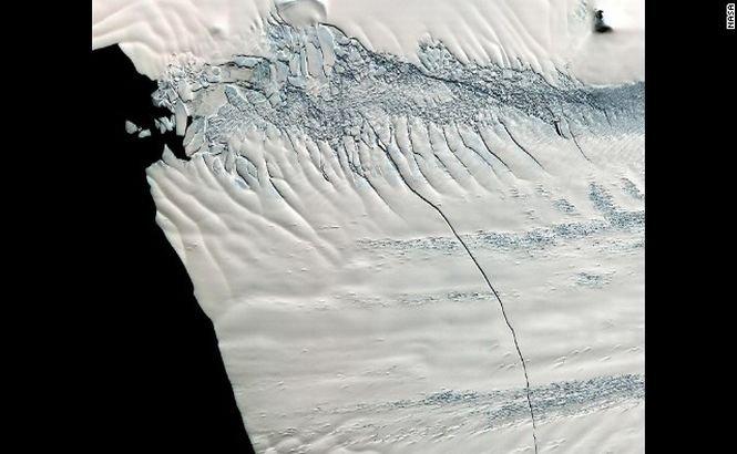 Un iceberg IMENS s-a desprins de calota glaciară şi pluteşte în Oceanul Antarctic