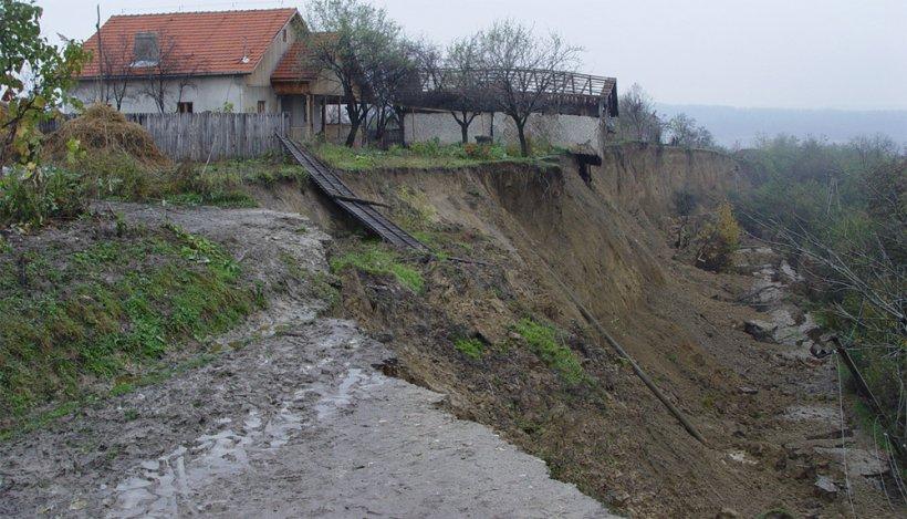 Ploile din ultimele zile au NENOROCIT zeci de gospodării. Din cauza inundaţiilor, pământul o ia la vale şi cade peste case