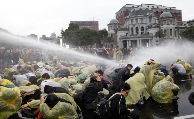 Poliţia taiwaneză a folosit tunurile cu apă pentru dispersarea mulţimii din Taipei