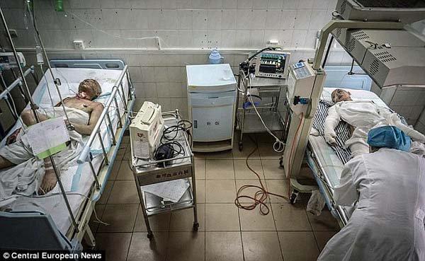 """Motivul cutremurător pentru care aceşti doi tineri se află pe pat de spital. """"Viaţa a fost mult prea crudă cu ea"""""""