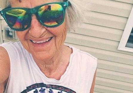 Are 86 de ani, dar e mai tare decât mulţi adolescenţi. Ce poze postează pe net bunica