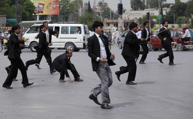 Pakistan. 68 de avocaţi sunt acuzaţi de BLASFEMIE şi riscă pedeapsa cu MOARTEA