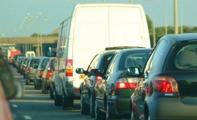 Trafic rutier blocat sau îngreunat pe şase drumuri naţionale. Alunecările de teren au distrus drumurile