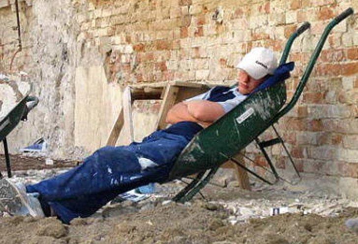 Simţul RĂSPUNDERII lipseşte cu desăvârşire. Muncitorii care trebuiau să reabiliteze DN 66 se fereau la soare, la umbra utilajelor