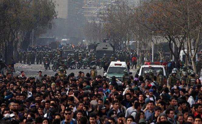 Poliţia chiliană a reprimat un marş studenţesc cu tunuri de apă şi gaze lacrimogene