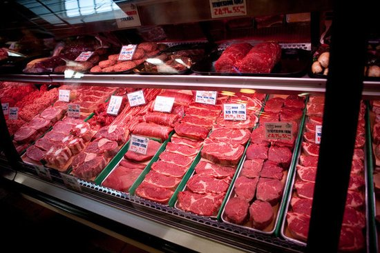 Studiu: Consumul de carne roșie crește riscul apariției cancerului mamar
