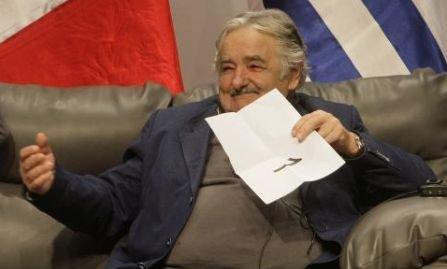 """""""Sunt numit sărac, dar nu mă simt sărac. Sunt săraci cei care ţin cu dinţii de un stil de viaţă luxos"""". Jose Mujica, cel mai """"sărac"""" preşedinte din lume"""