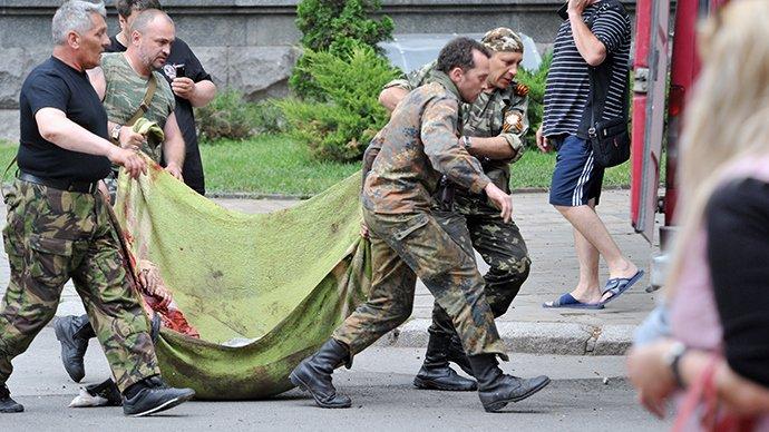 Vărsarea de sânge nu încetează în Ucraina. Un sat a fost pus la pământ de bombardamente violente. Oameni nevinovaţi au murit, ucişi de rebelii proruşi