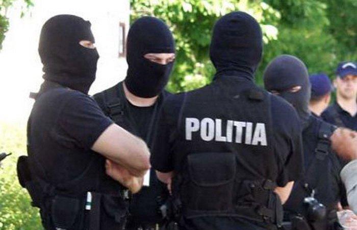Argeș. Arme și aparatură ridicate de la domiciliile unor persoane suspectate că au comis furturi și tâlhării