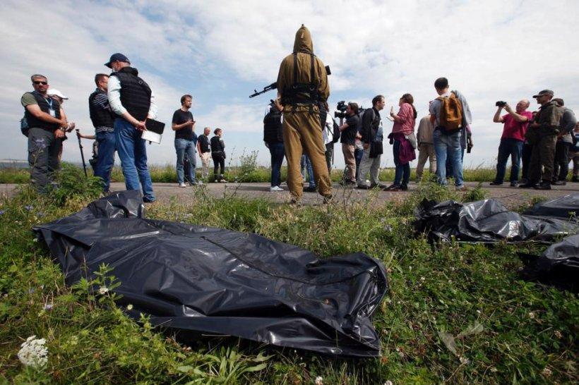 """Este ÎNFIORĂTOR ce se întâmplă la locul tragediei aviatice. Rebelii îşi bat joc de cadavrele victimelor: """"Oameni BEŢI încarcă trupurile în camioane"""""""