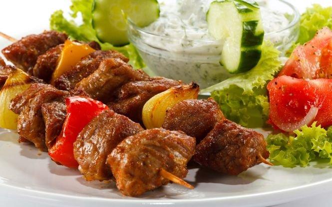 Mâncare expirată şi mucegăită, găsită la o terasă din Mamaia. Patronii au fost amendaţi cu 60.000 de lei